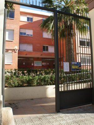 L'escola des del carrer Sardenya
